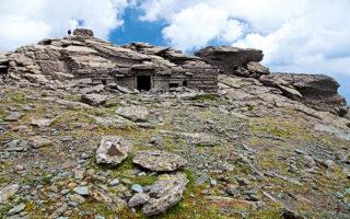 Το μεγαλύτερο και πιο καλά διατηρημένο δρακόσπιτο, στην κορυφή της Όχης. (Φωτογραφίες: Όλγα Χαραμή)