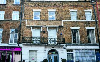 Στα Pandora Papers φιγουράρει και ένα βικτωριανό κτίριο –αξίας 8,8 εκατ. δολ.– σε δρόμο του Λονδίνου, που απέκτησε το 2017 ο Βρετανός πρώην πρωθυπουργός (1997-2007) Τόνι Μπλερ, αγοράζοντας την –με έδρα τις Βρετανικές Παρθένες Νήσους– εταιρείαπου το κατείχε. Το ακίνητο σήμερα στεγάζει τη δικηγορική εταιρεία της συζύγου του, Τσέρι Μπλερ. (AP Photo/Matt Dunham)
