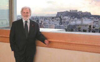 «Ορίστε ένα κινηματογραφικό σκηνικό», λέει ο Σιντ Γκάνις για τη θέα από το παράθυρο, που έχει «πιάτο» την Αθήνα. (ΝΙΚΟΣ ΚΟΚΚΑΛΙΑΣ)