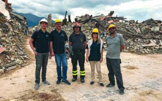 H δρ Σέγκου, διευθύντρια ερευνών στη Βρετανική Γεωλογική Υπηρεσία, με τη διεθνή επιστημονική της ομάδα στο Αματρίτσε της Ιταλίας το 2016, μετά τον σεισμό των 6 Ρίχτερ. «Επισκεφθήκαμε τα κεντρικά Απέννινα και καταρτίσαμε καταλόγους της σεισμικής ακολουθίας με χρήση τεχνητής νοημοσύνης», λέει.