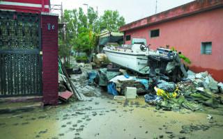 Το οδικό δίκτυο ολόκληρου του νησιού έχει βυθιστεί κάτω από τα όμβρια ύδατα, ενώ ο όγκος του νερού που έπεσε εντός 48 ωρών στην Κατάνη είναι ίσος με τον μέσο όρο από τις βροχοπτώσεις ενός ολόκληρου έτους. (REUTERS / Antonio Parrinello)