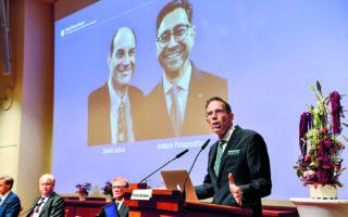 Οι δύο βραβευθέντες είναι ο καθηγητής Φυσιολογίας του Πανεπιστημίου της Καλιφόρνιας, στο Σαν Φρανσίσκο, Ντέιβιντ Τζούλιους (αριστερά) και ο καθηγητής Αρντέμ Παταπουτιάμ, νευροεπιστήμονας στο Ινστιτούτο Ερευνας Σκριπς της Καλιφόρνιας. (EPA/Jessica Gow)