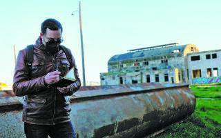 Ο ιδιωτικός ερευνητής Χάρης Βεραμόν επί το έργον, στην true crime σειρά που επιμελείται και παρουσιάζει. (ALEX STEFANIS)