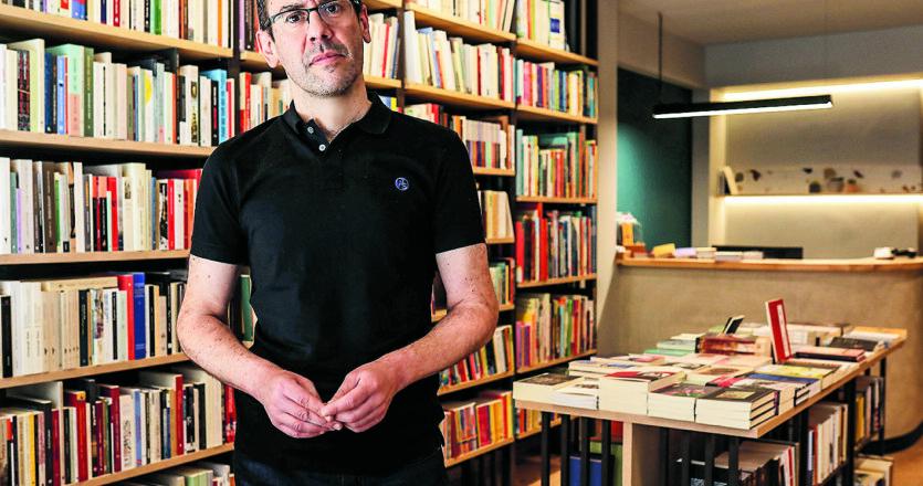 «Φτιάχνοντας το βιβλιοπωλείο, ήθελα να γνωριστώ με τους βιβλιόφιλους του Πειραιά και να με γνωρίσουν και αυτοί. Να διαβάσουμε ακόμη πιο πολύ και να γίνουμε περισσότεροι», λέει ο Σπύρος Βαλτετσιώτης. (ΝΙΚΟΣ ΚΟΚΚΑΛΙΑΣ)