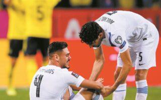 Ο Ντίνος Μαυροπάνος ξεσπάει σε λυγμούς μετά το τέλος του αγώνα με τη Σουηδία, καθώς από δικό του λάθος η αντίπαλος της Εθνικής άνοιξε το σκορ. Πλέον η ελληνική ομάδα θέλει οπωσδήποτε δύο νίκες στα ισάριθμα εντός έδρας ματς που απομένουν, με «στραβοπάτημα» της Ισπανίας. (INTIMENEWS)