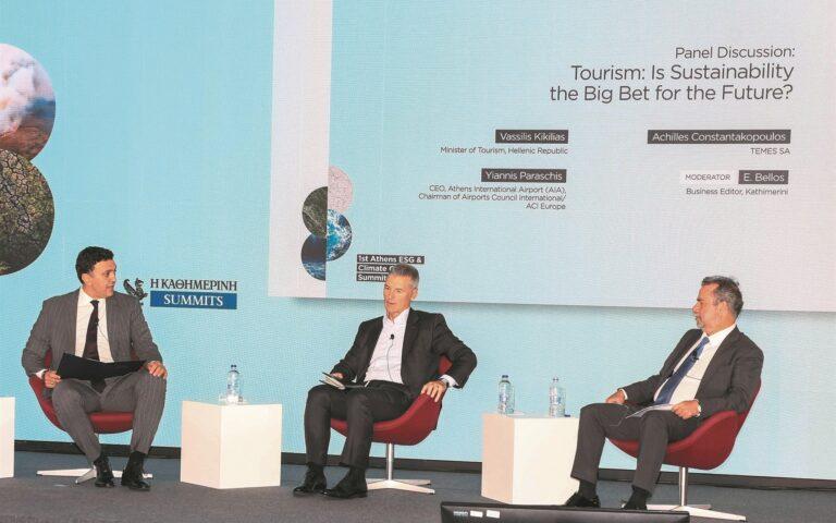 Στόχος της Ελλάδας είναι να αποτελέσει πρότυπο βιώσιμου τουρισμού, τόνισε ο υπουργός Τουρισμού Βασίλης Κικίλιας (αριστερά). Ο γενικός διευθυντής του ΔΑΑ Γιάννης Παράσχης και ο πρόεδρος της ΤΕΜΕΣ Α.Ε. Αχιλλέας Κωνσταντακόπουλος εστίασαν στα σχέδια που έχουν για ενεργειακά μειωμένο αποτύπωμα.