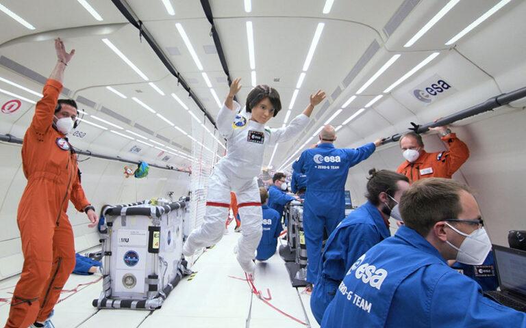 esa-ayti-einai-i-astronaytis-mparmpi-poy-petaxe-sto-diastima-561523591