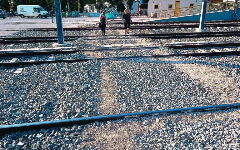 Από την πλευρά της οδού Κωνσταντινουπόλεως δεν υπάρχει διάβαση. Από εκεί, όσοι επιβάτες επιθυμούν να επιβιβαστούν στο τρένο πρέπει να διασχίσουν τις γραμμές περνώντας πάνω από πέτρες, καλώδια και... διάφορα άλλα υλικά.