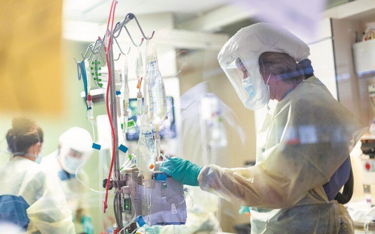 «Καμπανάκι» στο σύστημα υγείας από τους διασωληνωμένους με κορωνοϊό (356 ασθενείς), αλλά και από τον μέσο όρο των νέων εισαγωγών στα νοσοκομεία, που στο επταήμερο έχει ξεπεράσει τις 200. (AP Photo/Kyle Green)