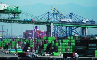 Το λιμάνι του Λος Αντζελες και το αμερικανικό συνδικάτο λιμενεργατών δέχθηκαν να εργάζονται περισσότερες ώρες, να επεκτείνουν τις νυχτερινές βάρδιες και να έχουν πλήρη απασχόληση και τα Σαββατοκύριακα. (A.P.)