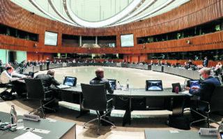 Oι υπουργοί Οικονομικών της Ευρωζώνης συμφώνησαν να παρακολουθήσουν στενά την αύξηση των τιμών ενέργειας ώστε «να μην υπονομεύσουν την ανάκαμψη και την πράσινη μετάβαση», η οποία «δεν είναι το πρόβλημα, αλλά μέρος της λύσης», ανέφερε ο πρόεδρος του Eurogroup, Πασκάλ Ντόναχιου. (A.P.)